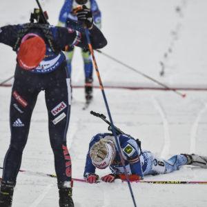 Anastasia Kuzmina och Kaisa Mäkäräinen trötta efter målgång, Hochfilzen 2017.