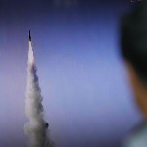 En sydkoreansk man tittade på en tv-rapport om ett nordkoreanskt missiltest den 22 maj 2017.