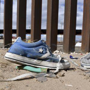 Övergivna skor vid gränsen mellan USA och Mexiko.