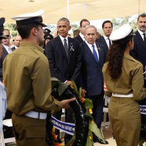 Ett sjuttiotal stats- och regeringschefer deltog i Shimon Peres begravning, bland dem USA.s president Barack Obama, Israels premiärminister Benyamin Netanyahu och Spaniens kung Felipe (th)