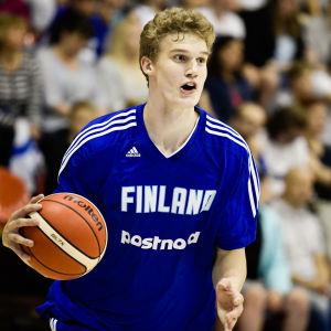 Lauri Markkanen med bollen