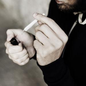 Närbild av man som tänder en joint