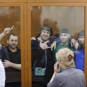 Khamzat Bakhajev, Temirlan Eskerchanov, Shadid Gubasjev, Anzor Gubasjev och Zaur Dadajev (från vänster till höger) i rättssalen i Moskva 12.7.2017.