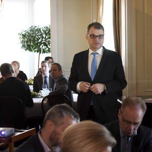 Statsminister Juha Sipilä talar under en lunch med politiska journalister