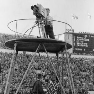 Kuvaaja Jaakko Lepistö kuvaamassa Suomi–Ruotsi.maaottelussa 1950-luvulla