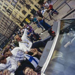 Suomen jääkiekkomaajoukkue juhlakulkueessa palattuaan jääkiekon maailmanmestaruuskisoista 1995
