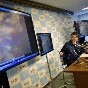 Japans meteorologiska institut håller presskonferens om utbrottet.