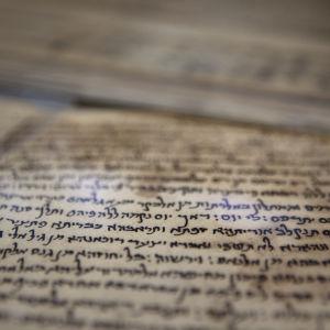 Bilden visar en 1 000 år gammal tidning skriven på arabiska