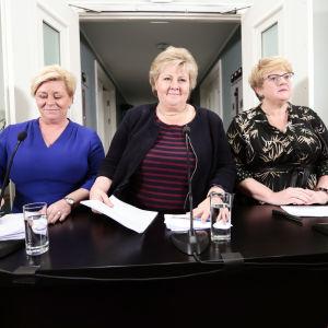 Finansminister Siv Jensen, statsminister Erna Solberg och ledaren för Liberala partiet Trine Skei Grande under en presskonferens den 14 januari 2018.