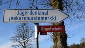 Vägvisare till jägarnas minnesmärke i Hohenlockstedt