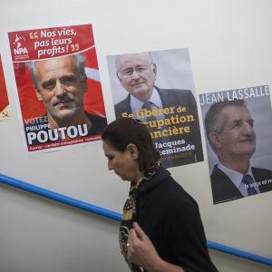 Fransk kvinna deltar i första valomgången i presidentvalet i Frankrike 2017