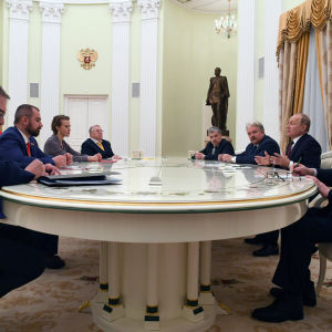 President Vladimir Putin möter sina motkandidater i Kreml.
