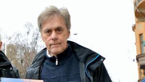 """Bertel Nygård och Mikael Herrgård med deras gemensamma alster """"Österbottniska lustresor"""""""