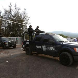 Federala poliser lämnar ranchen i delstaten Michoacan i västra Mexiko där 43 civila dödades, 22 av dem genom avrättning enligt landets människorättskommission