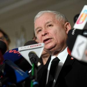 Jaroslaw Kaczynski, ledaren för regeringspartiet Lag och rättvisa, höll presskonferens utanför det polska parlamentet 11.1.2017