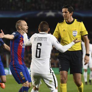 Andres Iniesta och Marco Verratti försöker övertala domaren.