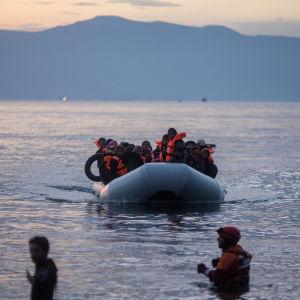 Flyktingar anländer till Lesbos i gummibåt den 9 mars 2016.