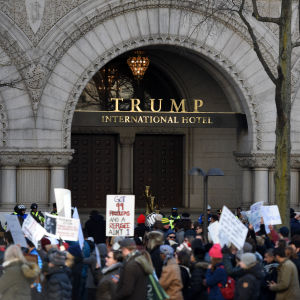 Demonstration utanför Trump International Hotel i Washington i februari 2017.