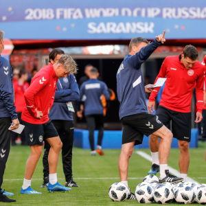 Danskarna laddar upp på stadion i Saransk.
