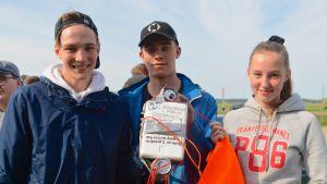 Tre ungdomar med en hemgjord vädersatellit