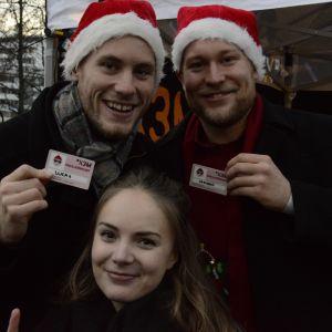 Tre personer visar upp sina nya knullkörkort