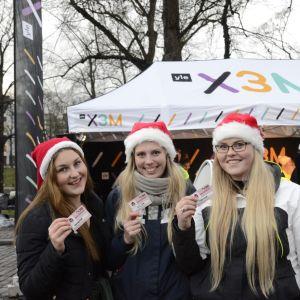 Tre tjejer visar upp sina nya knullkörkort, Glöggrundan 2017