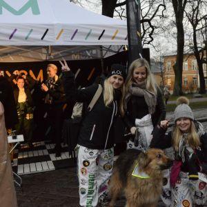 Studerande och en hund poserar, Glöggrundan 2017