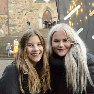 Två tjejer poserar, Glöggrundan 2107