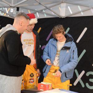Tommy Nordlund hjälper killar som ska ta knullkörkortet