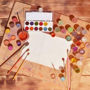 Ett vitt papper, penslar och färger.