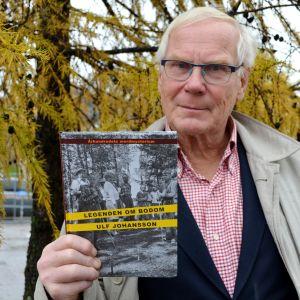 Ulf Johansson håller i sin bok Legenden om Bodom.