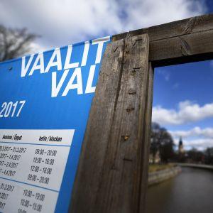 En valaffisch i Åbo med Auraå i bakgrunden.