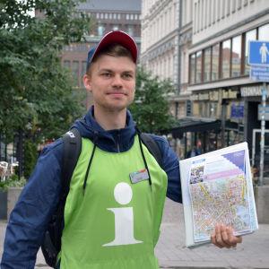 Elias Edström hjälper turister att hitta rätt och förser dem med nyttig information