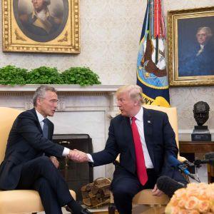 Handslag mellan Trump och Stoltenberg i Ovala rummet