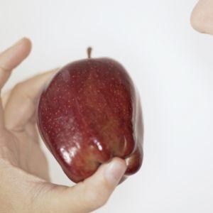 En kvinna äter ett äppel