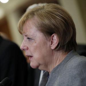Angela Merkel håller presskonferens efter att regeringsförhandlingarna strandat. I bakgrunden CSU-ordföranden Horst Seehofer
