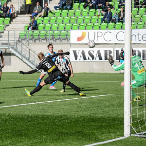 Lassi Lappalainen gör 1-0 för RoPS i Vasa i en Fotbollsligamatch.