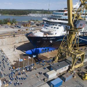 Blåvitt kryssningsfartyg i torrbassängen på Åbovarvet.