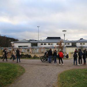 Sörjande elever efter knivdådet i Borgå 13.11.17