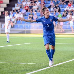 Nicolo Zaniolo jublar efter sitt mål mot Finland
