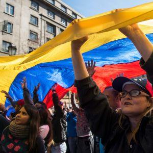 Venezuelaner i diaspora protesterar mot presidentvalet och Nicolas Maduro.