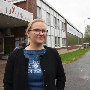 En ung kvinna som heter Pamela Andersson utanför Luckan Raseborg och Tryckeriteatern i Karis.