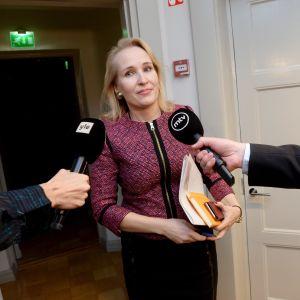 Riksförlikningsmannen Minna Helle intervjuas