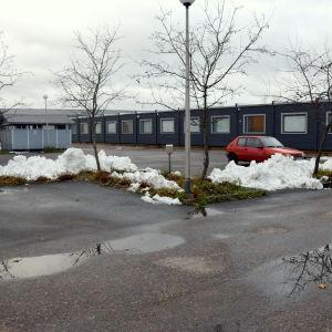 Aleksis Kiven koulus elever går i skola i blåa baracker som finns intill kommunhuset i Sjundeå.