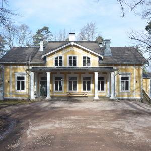 Villa Grantorp är en gul och vit byggnad.