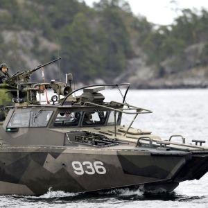 En stridsbåt 90 på Nämndöfjärden i Stockholms skärgård under den fortsatta ubåtsjakten lördagen den 18 oktober 2014.