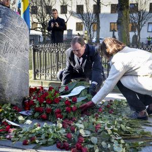 Sveriges statsminister Stefan Löfven och hans parti Socialdemokraternas partisekreterare Carin Jämtin lägger ner blommor vid Olof Palmes grav.