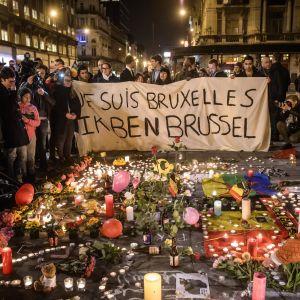 Människor på Place de la Bourse i Bryssel efter terrorattackerna 22.3.2016.