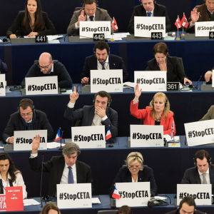 Protest i EU-parlamentet under omröstning om Ceta-avtalet.
