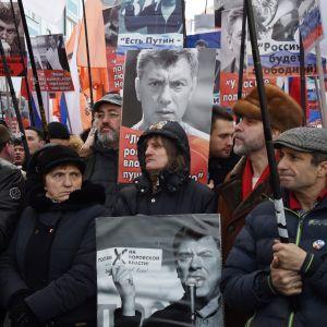 Oppositionsanhängare tågar genom Moskva till minnet av Boris Nemtsov, två år efter att han mördades.